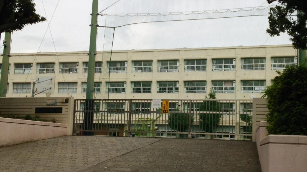 小学校の改修工事における汚垂石に結晶化ガラスパリトーンを採用