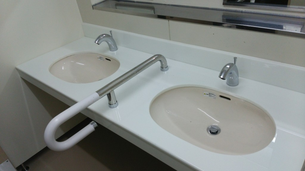 小学校の改修工事における洗面台・汚垂石に結晶化ガラスパリトーンを採用