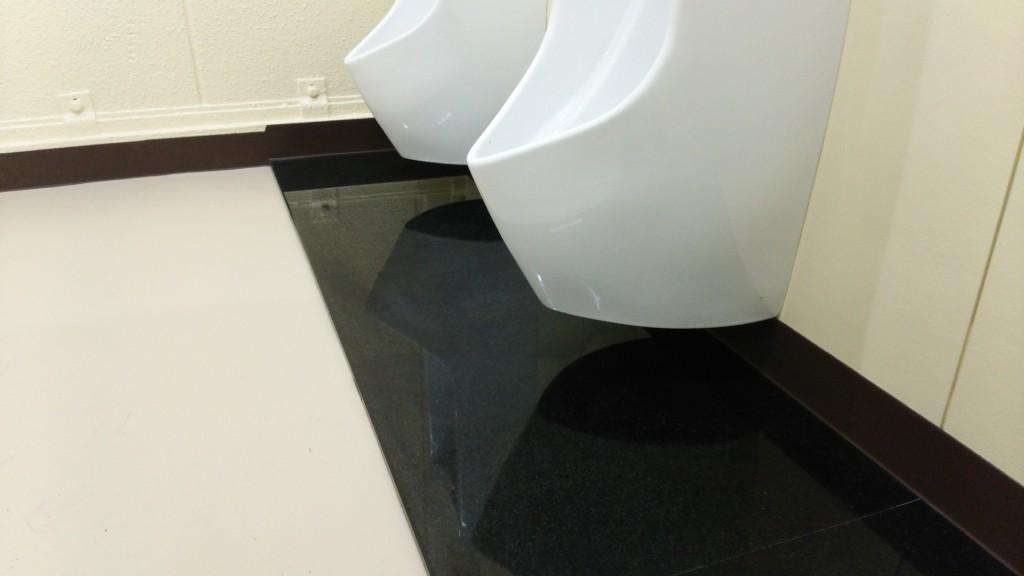 中学校の改修工事における汚垂石に結晶化ガラスパリトーンを採用